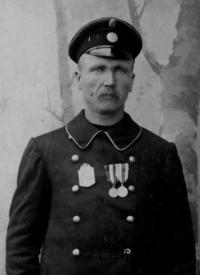 Poliisi Jaako Rahko mitaleineen