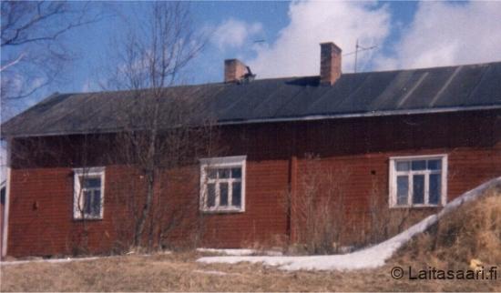 Rahkon talo joelta kuvattuna