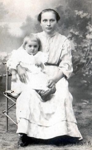 Aina Hyrkki (o.s. Kalila) ja tytär Helli