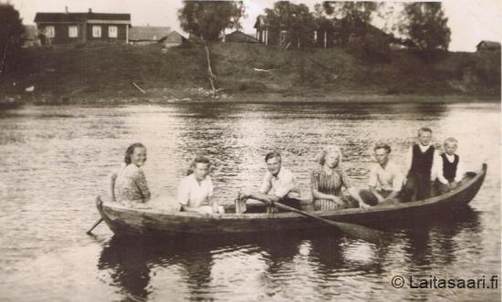 Nuorisoa joella soutelemassa