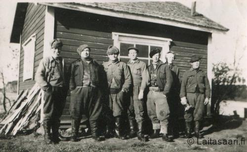 Miehiä uittokämpän varaston edessä