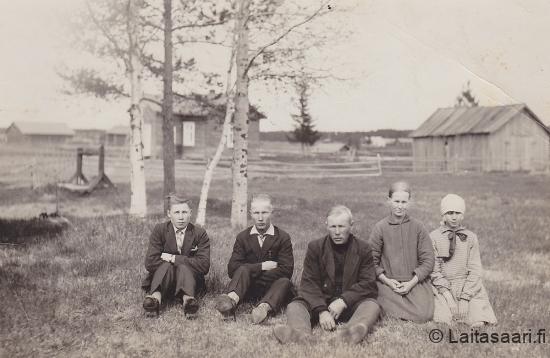 Tuntematon sekä Anna o.s. Karppinen ja Pekka Määttä perheineen
