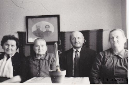 Mäkelän sisarukset - seinältä katselevat vanhemmat