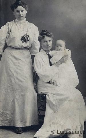Hanna ja Olga Maria Mäkelä, sylissä ilmeisesti Aino