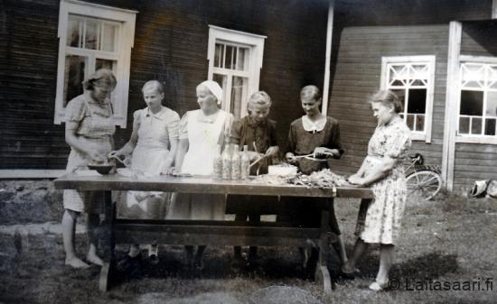 Säilöntäkurssi Paasilan pihassa v. 1943
