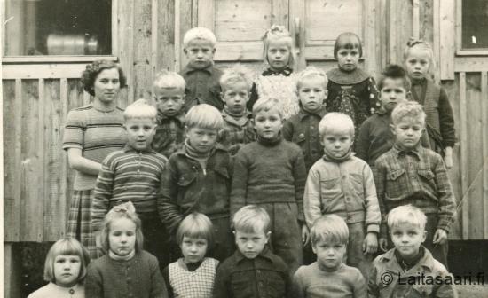 Eka- ja tokaluokkalaisia Hako-Ritalla vuonna 1950