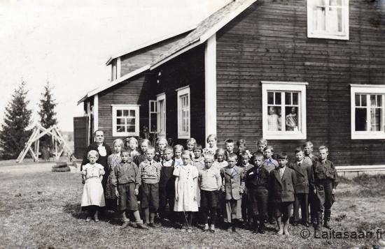 Lapsia Karhun talon pihalla, jossa Korivaaran koulu aloitti
