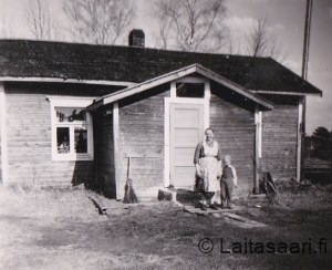 Lyydia ja tyttärenpoika Kari Similän talon edustalla